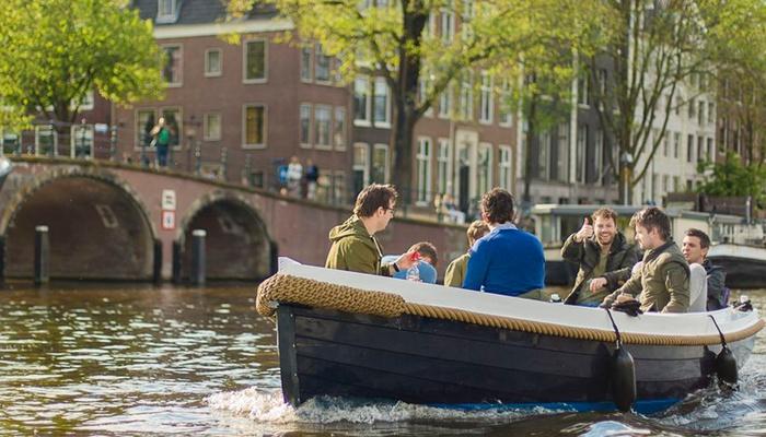 Tijdens de op maat gemaakte tour kunt u ook genieten van een boottochtje door de Amsterdamse grachten.