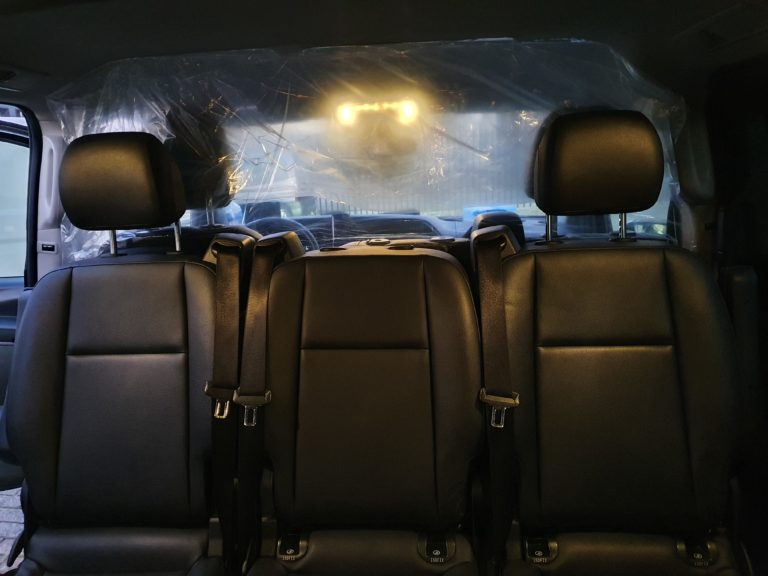 Plastic afscheiding in de taxi auto tegen Corona virus